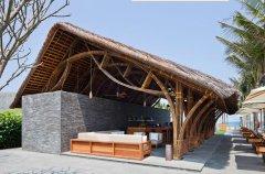 用石头、茅草和竹子建造的海滩酒吧